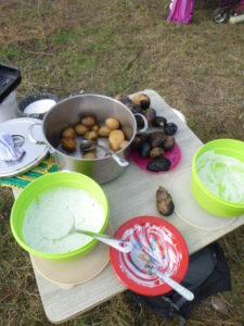 Feuerkartoffeln und gekochte Kartoffeln mit Kräuterquark...